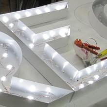 Fabrication de lettres lumineuses en relief